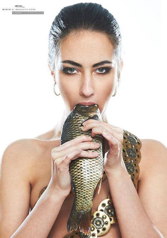Катя Мирецкая с рыбой