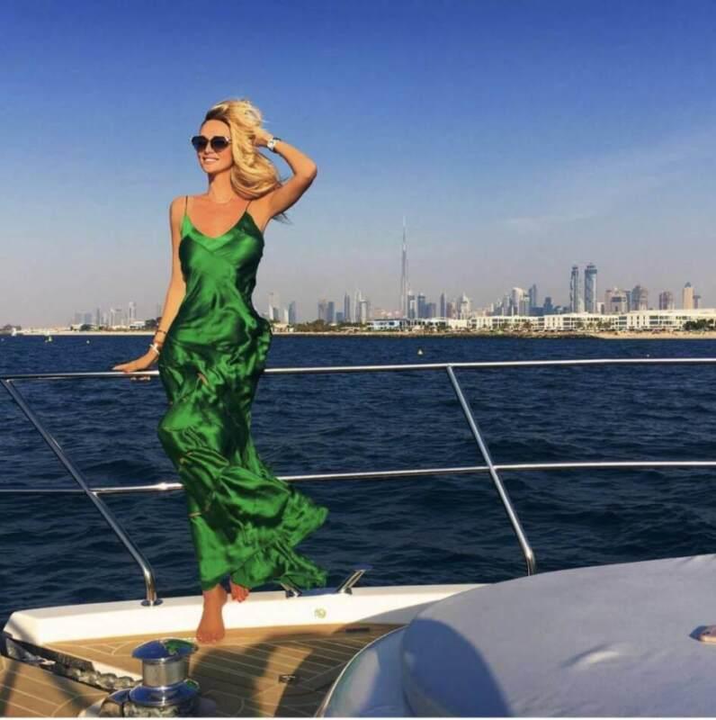 Фото на фоне яхт, дорогих машин, предметов роскоши